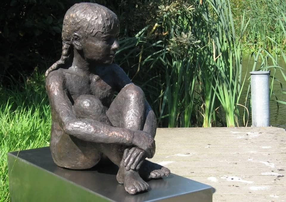 Zittend meisje, brons