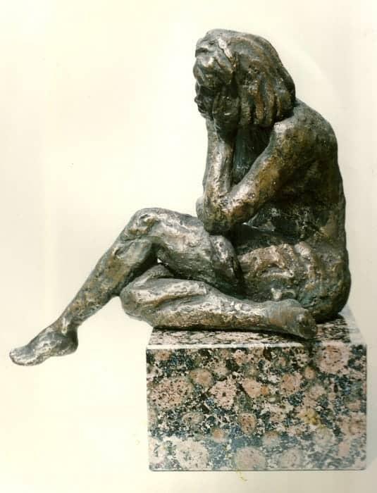 Zittend naakt, brons